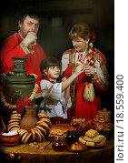 Семья ест блины на Масленицу. Стоковое фото, фотограф Марина Володько / Фотобанк Лори
