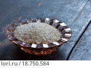 Адыгейская соль в стеклянной солонке на старом черном деревянном столе. Стоковое фото, фотограф Андрей С / Фотобанк Лори