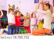 Купить «Группа детей повторяют жесты воспитателя», фото № 18785732, снято 28 ноября 2015 г. (c) Сергей Новиков / Фотобанк Лори