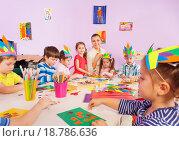 Купить «Дети делают аппликации из цветной бумаги», фото № 18786636, снято 28 ноября 2015 г. (c) Сергей Новиков / Фотобанк Лори