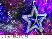 Купить «Ёлочные украшения на ёлке», фото № 18797176, снято 26 декабря 2015 г. (c) Роман Рожков / Фотобанк Лори