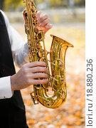 Музыкант играет на саксофоне, крупный план (2015 год). Редакционное фото, фотограф Марина Остапенко / Фотобанк Лори