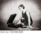 Купить «Девушка с патефоном и грампластинками», фото № 18930928, снято 25 сентября 2013 г. (c) Вадим Орлов / Фотобанк Лори