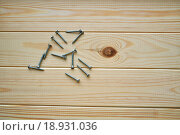 Купить «Шурупы на деревянном фоне», фото № 18931036, снято 19 июля 2018 г. (c) Зезелина Марина / Фотобанк Лори