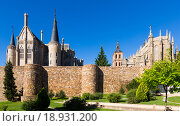 Купить «Ancient town walls, Cathedral and Episcopal Palace of Astorga», фото № 18931200, снято 15 сентября 2019 г. (c) Яков Филимонов / Фотобанк Лори