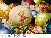 Купить «Шарик из льняной ткани с вышивкой среди ёлочных игрушек», эксклюзивное фото № 19004424, снято 30 декабря 2015 г. (c) Dmitry29 / Фотобанк Лори