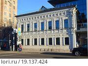 Купить «Двухэтажный особняк. Цветной бульвар, 18. Москва», эксклюзивное фото № 19137424, снято 28 декабря 2015 г. (c) lana1501 / Фотобанк Лори