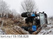 Трактор упал в канаву (2014 год). Стоковое фото, фотограф Евгений Суворов / Фотобанк Лори