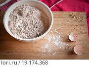 Мука в миске на разделочной доске. Стоковое фото, фотограф Наталия Жильцова / Фотобанк Лори