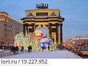 Купить «Новогодняя световая инсталляция около Триумфальной арки в Парке Победы в Москве вечером», эксклюзивное фото № 19227952, снято 6 января 2016 г. (c) lana1501 / Фотобанк Лори