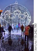 Купить «Светящийся шар в Парке Победы в Москве вечером», эксклюзивное фото № 19242780, снято 6 января 2016 г. (c) lana1501 / Фотобанк Лори
