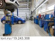 Купить «Автомобили в современном автосервисе», фото № 19243308, снято 3 октября 2015 г. (c) Евгений Ткачёв / Фотобанк Лори