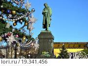 Купить «Памятник А. С. Пушкину на Пушкинской площади в Москве», эксклюзивное фото № 19341456, снято 28 декабря 2015 г. (c) lana1501 / Фотобанк Лори