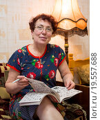 Купить «Пожилая женщина разгадывает кроссворд», эксклюзивное фото № 19557688, снято 27 декабря 2015 г. (c) Вячеслав Палес / Фотобанк Лори