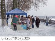 Купить «Туристы покупают сувениры в палатке», эксклюзивное фото № 19575320, снято 7 января 2016 г. (c) Алексей Шматков / Фотобанк Лори