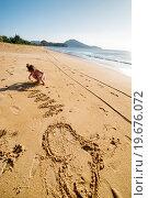 Девочка пишет слово МАМА на берегу океана. Стоковое фото, фотограф Евгений Андреев / Фотобанк Лори