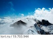 Туристы идут по кратеру вулкана Авачинская сопка. Стоковое фото, фотограф Дмитрий Шульгин / Фотобанк Лори