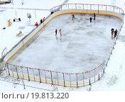 Купить «Дети играют в хоккей и катаются на коньках на хоккейной коробке во дворе дома», фото № 19813220, снято 7 января 2016 г. (c) Елена Перминова / Фотобанк Лори