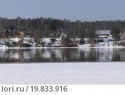 Замерзшая река с домами на противоположном берегу. Стоковое фото, фотограф Наталья ТЕЛЕГАНОВА / Фотобанк Лори