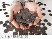 Купить «Горсть монет пять рублей в руках», фото № 19842160, снято 9 января 2016 г. (c) Александр Калугин / Фотобанк Лори