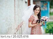 Купить «Девушка в цветастом платье, с белой фатой и букетом цветов в руках», фото № 20025616, снято 14 августа 2013 г. (c) Евгений Майнагашев / Фотобанк Лори