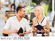 Купить «happy couple with wallet paying bill at restaurant», фото № 20092020, снято 15 июля 2015 г. (c) Syda Productions / Фотобанк Лори