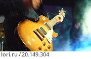 Купить «Гитарист, играет на сцене», видеоролик № 20149304, снято 11 января 2016 г. (c) Алексей Собченко / Фотобанк Лори