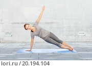 Купить «woman making yoga in side plank pose on mat», фото № 20194104, снято 13 ноября 2015 г. (c) Syda Productions / Фотобанк Лори