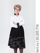 Купить «Симпатичная женщина пенсионного возраста стоит сложив руки на груди», фото № 20205716, снято 13 декабря 2015 г. (c) Кекяляйнен Андрей / Фотобанк Лори