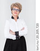 Женщина пенсионного возраста стоит сложив руки на груди. Стоковое фото, фотограф Кекяляйнен Андрей / Фотобанк Лори