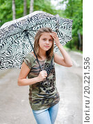 Купить «Молодая девушка стоит под зонтиком на фоне дороги», эксклюзивное фото № 20221536, снято 26 июня 2015 г. (c) Игорь Низов / Фотобанк Лори