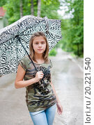 Купить «Задумчивая девушка стоит под зонтом на фоне дороги», эксклюзивное фото № 20221540, снято 26 июня 2015 г. (c) Игорь Низов / Фотобанк Лори