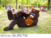 Купить «actor dressed as bear lies on grass in park and people on loungers with gadgets», фото № 20393736, снято 12 мая 2014 г. (c) Losevsky Pavel / Фотобанк Лори