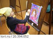 Купить «MOSCOW, RUSSIA - MAR 22, 2014: Girl in yellow scarf and apron writes fantastic portrait in art class», фото № 20394052, снято 22 марта 2014 г. (c) Losevsky Pavel / Фотобанк Лори