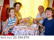 Купить «family of four posing at a table in the dining car of the train», фото № 20394876, снято 17 июля 2014 г. (c) Losevsky Pavel / Фотобанк Лори