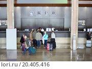 Купить «Top view of people stand near registration counter in modern hotel», фото № 20405416, снято 7 мая 2014 г. (c) Losevsky Pavel / Фотобанк Лори