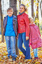 Mother and her two children stand leaning to tree trunk in autumn park, фото № 20406288, снято 13 октября 2013 г. (c) Losevsky Pavel / Фотобанк Лори