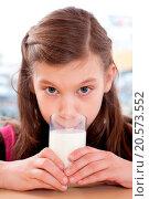 Купить «Mädchen trinkt Milch», фото № 20573552, снято 19 сентября 2019 г. (c) easy Fotostock / Фотобанк Лори