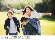 Teenagers having fun outdoor. Стоковое фото, фотограф Яков Филимонов / Фотобанк Лори