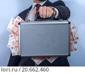 Мужчина в костюме держит кейс полный денег. Стоковое фото, фотограф Pavel Biryukov / Фотобанк Лори