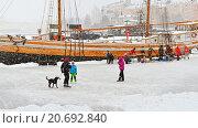 Купить «Зимние каникулы. Каток на льду залива Балтийского моря в Северной гавани у шхуны Valborg в снегопад и вьюгу. Хельсинки», фото № 20692840, снято 9 января 2016 г. (c) Валерия Попова / Фотобанк Лори