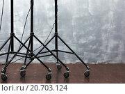Оборудование для освещения на стойках с колесами. Стоковое фото, фотограф Виктор Колдунов / Фотобанк Лори