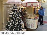 Москва, палатка с мороженым в ГУМе (2016 год). Редакционное фото, фотограф Дмитрий Неумоин / Фотобанк Лори
