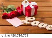Купить «close up of gift box, red roses and greeting card», фото № 20716708, снято 10 декабря 2015 г. (c) Syda Productions / Фотобанк Лори