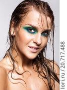 Портрет девушки с мокрыми волосами на сером фоне. Стоковое фото, фотограф Nikolay Safronov / Фотобанк Лори