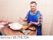 Мясник предлагает свежее мясо. Стоковое фото, фотограф Оксана Лозинская / Фотобанк Лори
