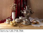 Натюрморт с самоваром, чаем, печеньем и пирожными на деревянном столе. Стоковое фото, фотограф Татьяна Ляпи / Фотобанк Лори