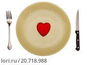 Красное, игрушечное сердце лежит на зеленой тарелке со столовыми приборами. Стоковое фото, фотограф Ирина Столярова / Фотобанк Лори