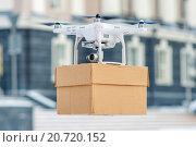 Купить «Доставка посылки квадрокоптером», фото № 20720152, снято 13 декабря 2015 г. (c) Mark Agnor / Фотобанк Лори