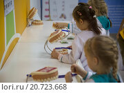 Купить «Дети учатся правильно чистить зубы на мастер-классе в стоматологическом кабинете в детском городе мастеров «Мастерславле», Москва», фото № 20723668, снято 10 декабря 2015 г. (c) Николай Винокуров / Фотобанк Лори